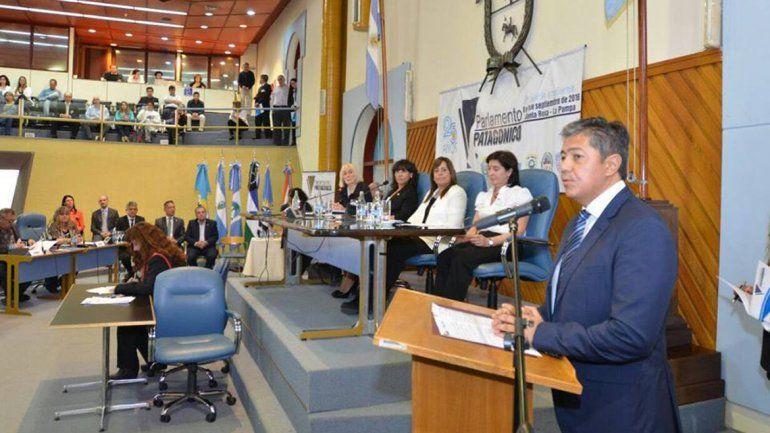 El vicegobernador Rolando Figueroa presente en el Parlamento.