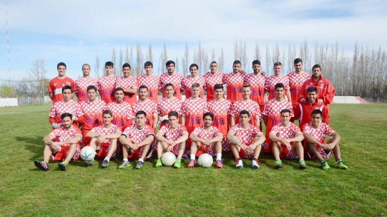 Todo listo. El plantel completo de Independiente posó para LM Neuquén en la previa al debut de hoy ante Roca en el Maiolino.