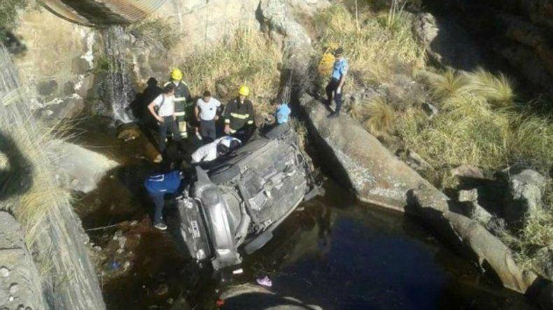 Cuatro muertos al desbarrancar un auto en las Altas Cumbres