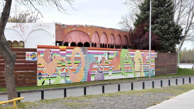 La ciudad ya luce su nuevo mural a orillas del río Limay