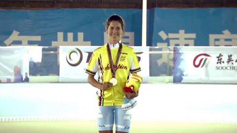 Maira Arias (oro) en el podio consu octava medalla en mundiales.