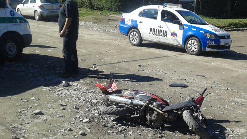Una chica quedó inconsciente tras chocar con su moto