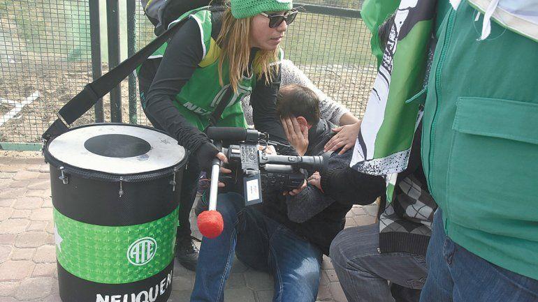 Los afiliados a ATE querían ingresar por la fuerza y la Policía se lo impidió. Un camarógrafo resultó herido de un piedrazo en la cara.