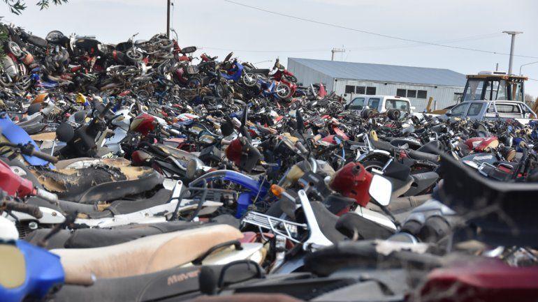 Centenares de vehículos se encuentran abandonados en un depósito del Parque Industrial.