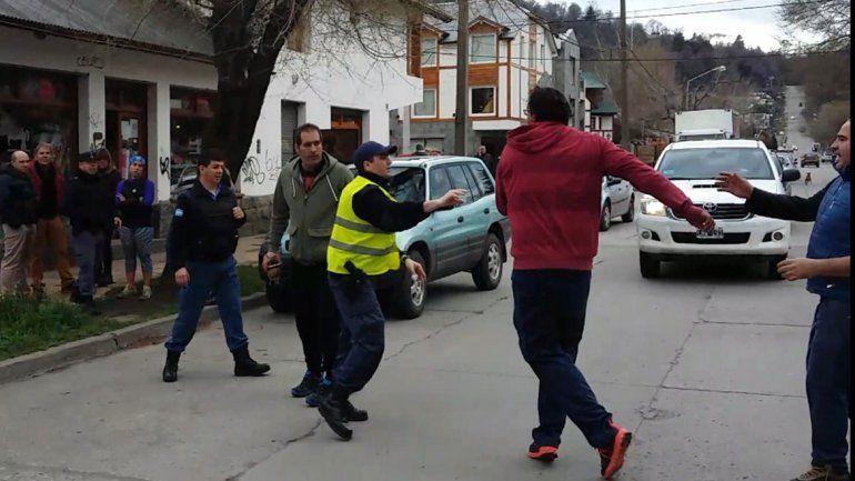 Los protagonistas en plena pelea y la camioneta chocada. La Policía acudió a mediar.
