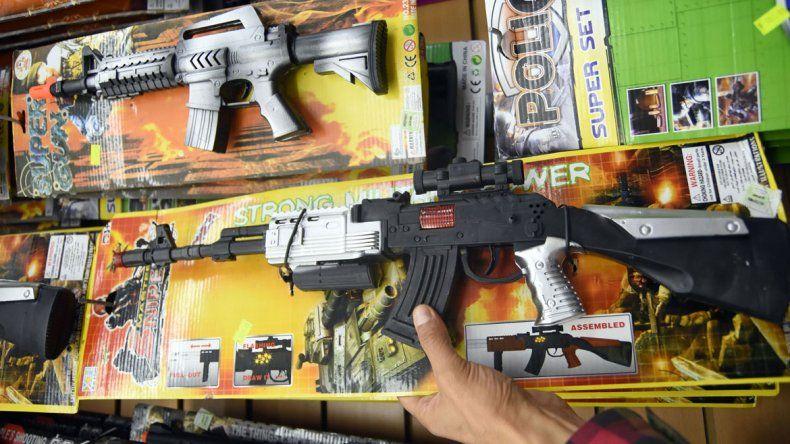 Las ametralladoras o pistolas de juguete desaparecieron de las vidrieras de los comercios a partir de la ordenanza; sin embargo
