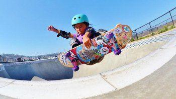 Una nena de 8 años desafía la gravedad con su patineta