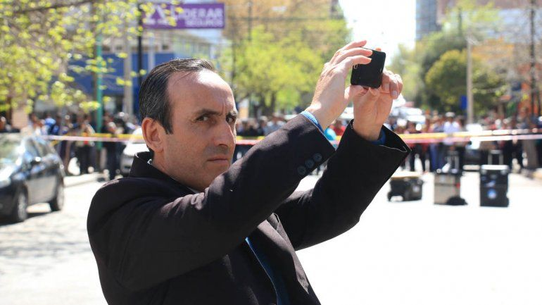 El comisario Jacinto Herrera mientras fotografiaba a la prensa.