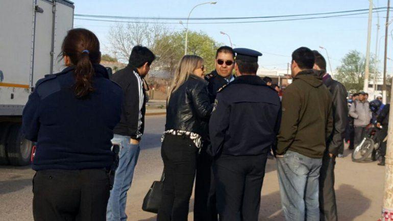 La fiscal Marisa Czajka en la escena del crimen junto a los investigadores.