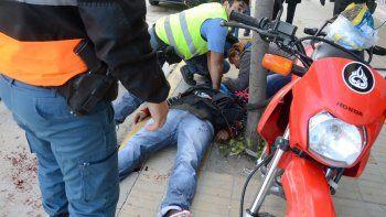 El delegado gremial de UPCN, Luis Bastidas, es asistido tras el disparo de bala que recibió de un policía cuando intentaba ingresar al Ministerio de Trabajo para reclamar por recategorizaciones.