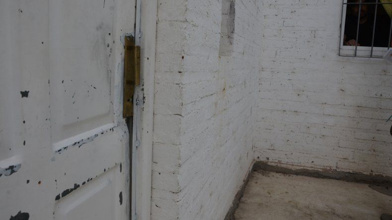 La puerta barreteada por los delincuentes en el barrio Santa Genoveva.