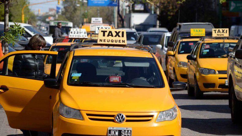 Profesionales de Salud Pública ofrecen a los taxistas hacerse análisis para prevenir enfermedades. Es voluntario y los tacheros están chochos.