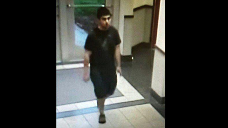 Un joven no identificado entró al centro comercial y comenzó a disparar.