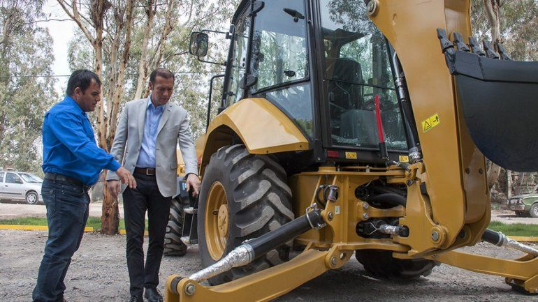 El gobernador Omar Gutiérrez entregó ayer maquinaria para la localidad de Buta Ranquil.