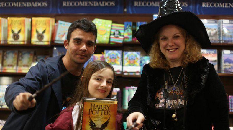 Los chicos se acercaron a las librerías para leer sobre su mago preferido.