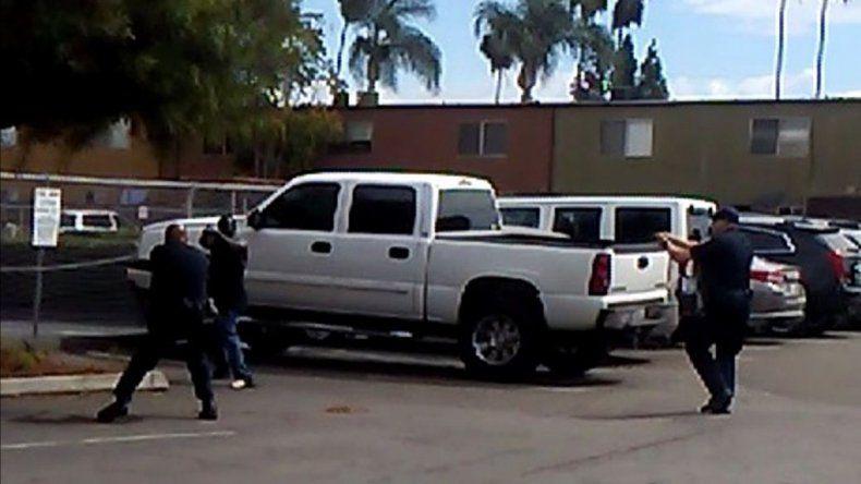 Los policías le apuntan a la víctima