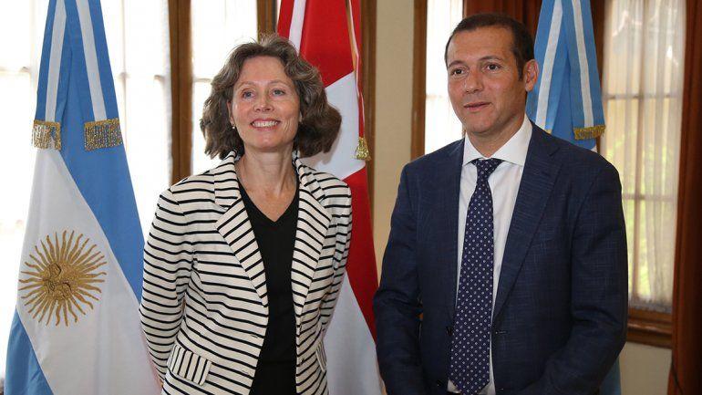 Grete Sillasen junto al gobernador