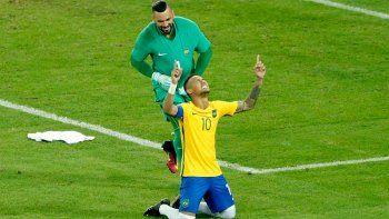 Neymar festeja oro olímpico y Chile, una de las dos Copas América que ganó (arriba). Atlético dio la vuelta en Lifune B y Belgrano, fuera de la Sudamericana. Todo por penales (abajo).
