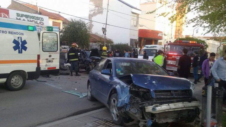 Los vehículos quedaron totalmente destruidos tras el violento impacto en Avenida Olascoaga y Echeverría.