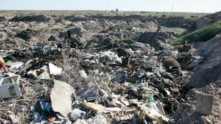 La cantera municipal también se usa para arrojar basura y escombros.