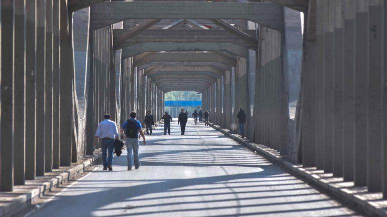 Cortes y caos en los puentes. La gente se subió a los taxis para cruzar los piquetes. La postal de los vecinos caminando y el puente sin autos se repite.
