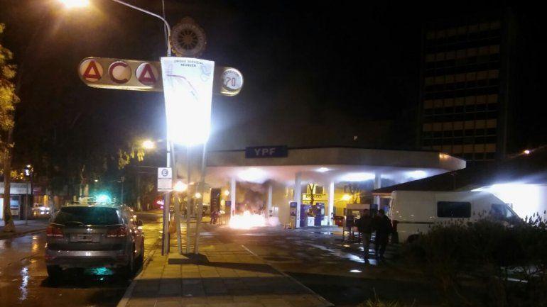 Pudo ser una tragedia: un hombre incendió los surtidores del Automóvil Club