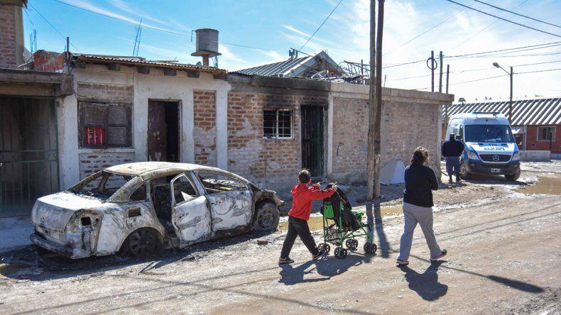 Vecinos cansados de la violencia de una familia, le quemaron la casa