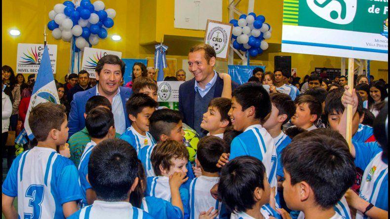 El gobernador inauguró obras deportivas y de educación en Villa Pehuenia.