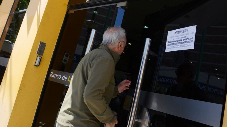 No hay atención en los bancos hasta las 13 por un reclamo salarial