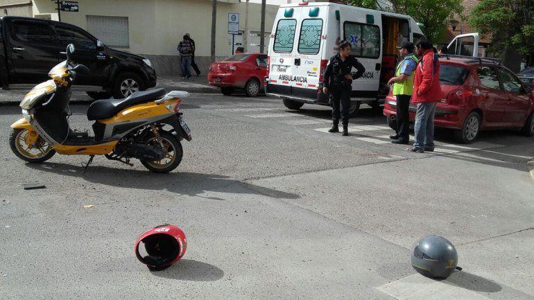 Madre e hijo fueron al hospital tras chocar en moto contra un auto