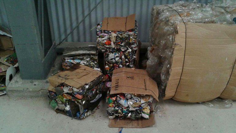 Los primeros fardos de latas y botellas que fueron compactados en la planta. Se trata de una primera experiencia a modo de prueba.