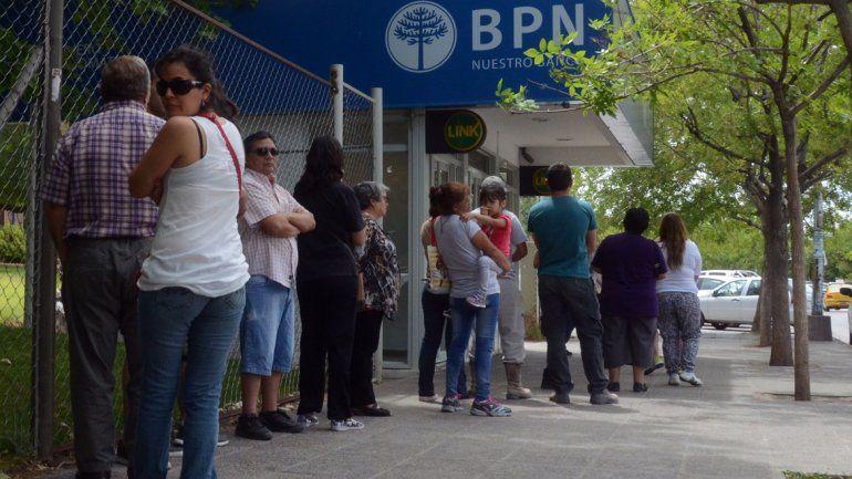 Ayer se registraron largas filas en los cajeros automáticos.