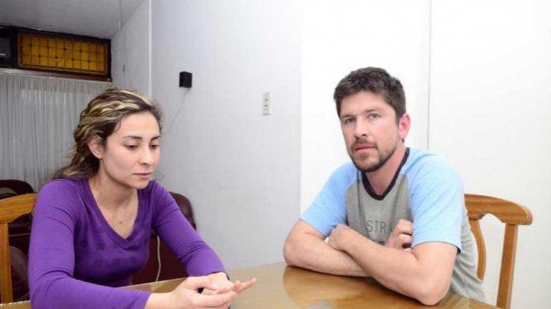 La tristeza de esta pareja es indisimulable. Quisieron aprovechar los buenos precios chilenos y les salió carísimo.