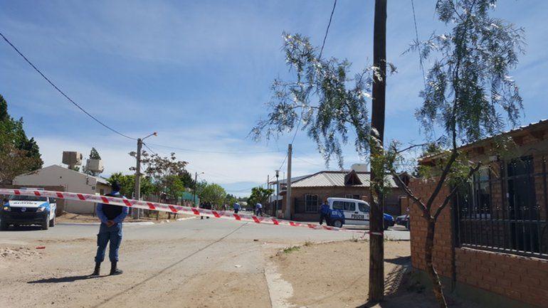 La Policía intervino para neutralizar los desmanes que un grupo generó tras el crimen.