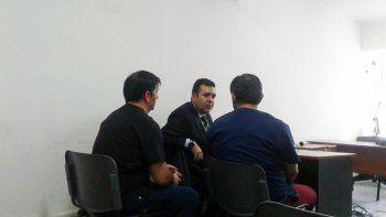 A la izquierda, Rubén Serrano y Walter González junto a su defensor durante la audiencia. A la derecha, el local de la Cooperativa en Buenos Aires 464.