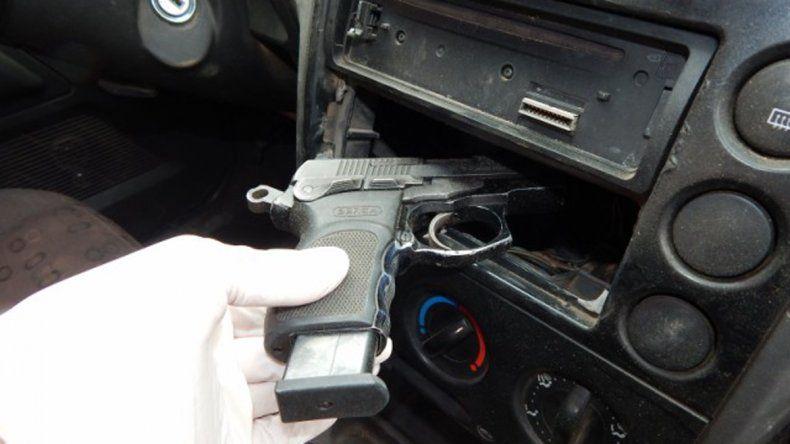 La pistola estaba debajo del estéreo.