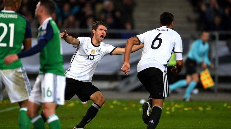 Alemania venció 2-0 a Irlanda del Norte con tantos de Draxler y Khedira.