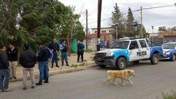 una persecucion termino con tres detenidos, un arma secuestrada y un patrullero baleado