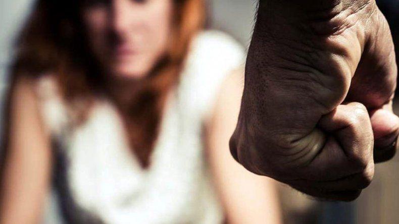 La amenazó, la cortó con un cuchillo y quedó libre