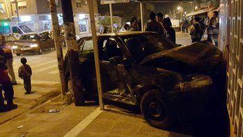 dos autos chocaron y uno termino contra un local: un herido grave