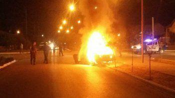 un auto choco contra una camioneta, se incendio y sus ocupantes se fugaron