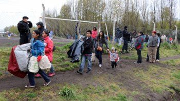 Las familias se retiran de la cancha de fútbol que habían ocupado desde la madrugada de ayer.