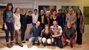 Fernanda Moreno, directora de Centros Comunitarios de la municipalidad de Centenario; Aníbal Jofré, organizador de la muestra; Alba Suárez, periodista, acompañan a los artistas expositores.