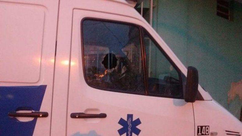También destrozaron los vidrios de una casa y del cuartel de bomberos.