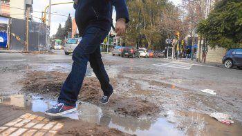 Ríos de agua por las calles, efluentes que desbordan son una constante en la ciudad. Pero en otras localidades como Centenario también el aumento de la población repercutió en los servicios.
