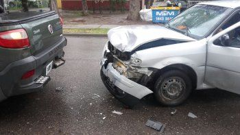un joven choco a una camioneta en un semaforo y le llevaron el auto porque no tenia licencia