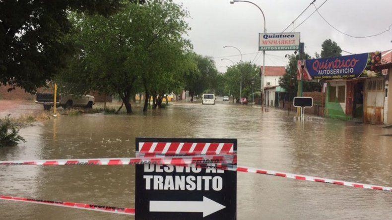 En la comarca petrolera ya cayeron 80 milímetros de agua y 50 familias tuvieron que ser asistidas