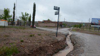 Calles destrozadas, algunas inundadas, y numerosos inconvenientes causó el fuerte temporal de lluvia en la ciudad de Neuquén. En dos dáis llovió poco más de 80 milímetros.