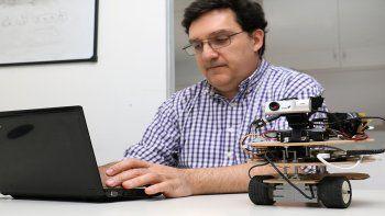 El robot es una pequeña computadora que permite interactuar con los alumnos.