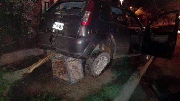 dos autos destrozados tras un accidente en centenario